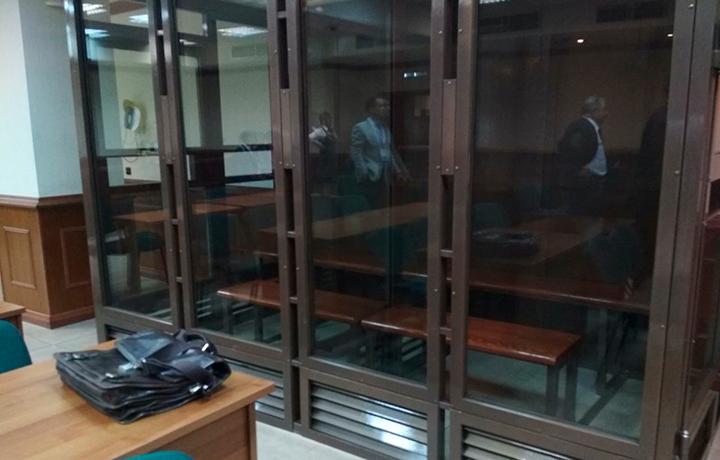 ЕСПЧ вновь выявил нарушение прав подсудимого из-за помещения его в «клетку» в зале суда